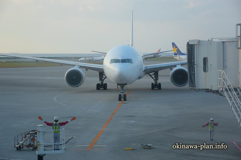 那覇空港の搭乗口近くで飛行機を待つ