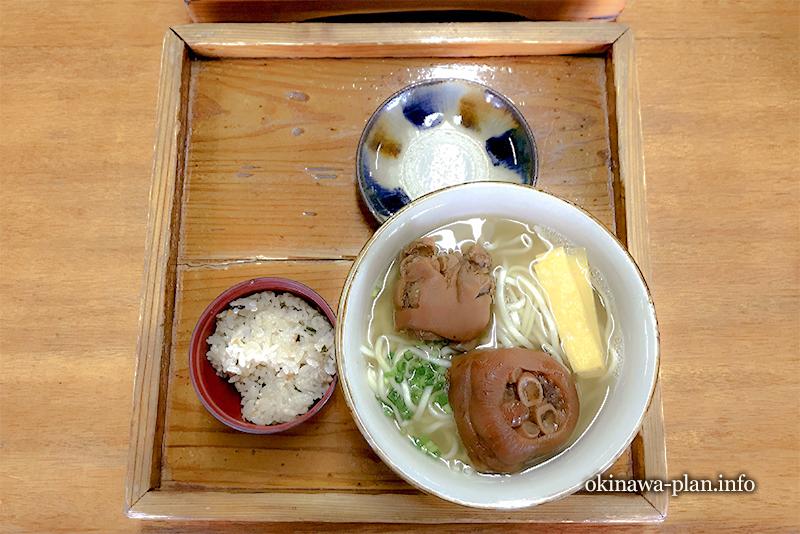 テビチそば(読谷村座喜味の読谷食堂ゆいまーる)
