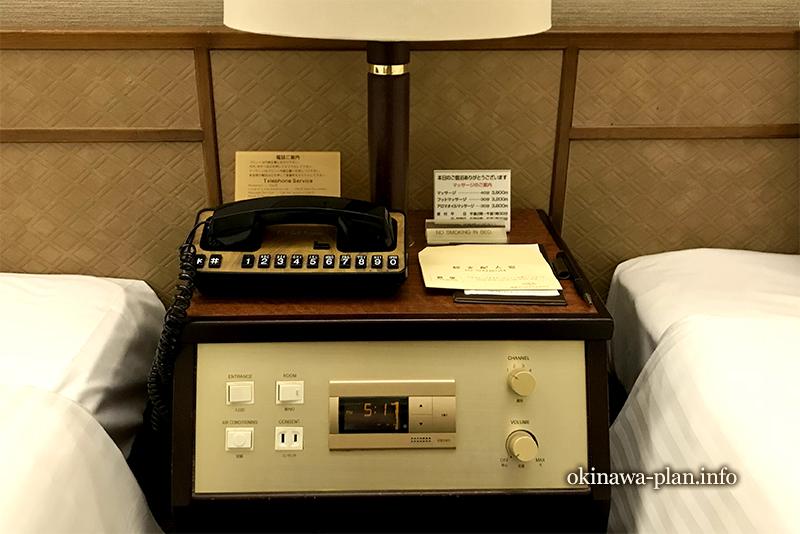 サイドボードにはレトロな電話が(琉球サンロイヤルホテル)