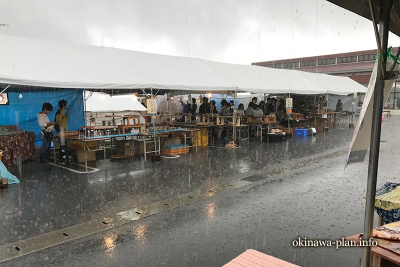 すっげー雨が降ってきた読谷やちむん市