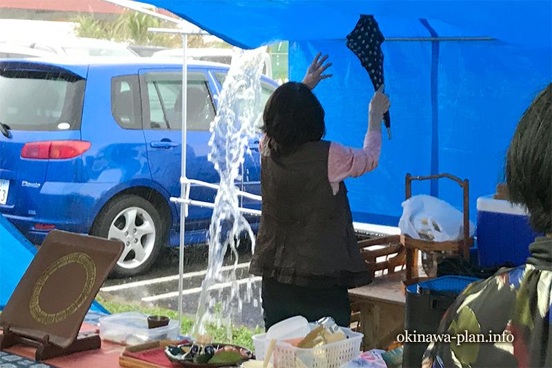テントに溜まった水を流さないと大変なことに…