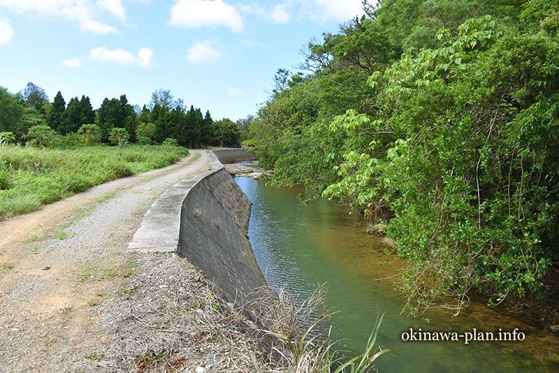 国道505号線沿いから見える志慶真川(下流方面)