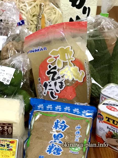沖縄のスーパーで買ったアンマーフーズの沖縄そばだしストレート