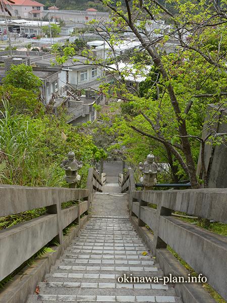 許田後の御嶽(クシヌウタキ)の階段