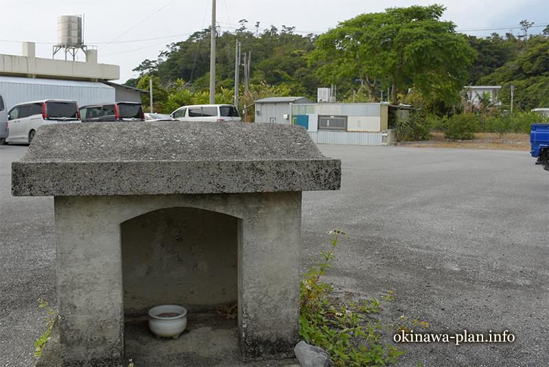 駐車場の端にあった小さな祠【名護市許田】