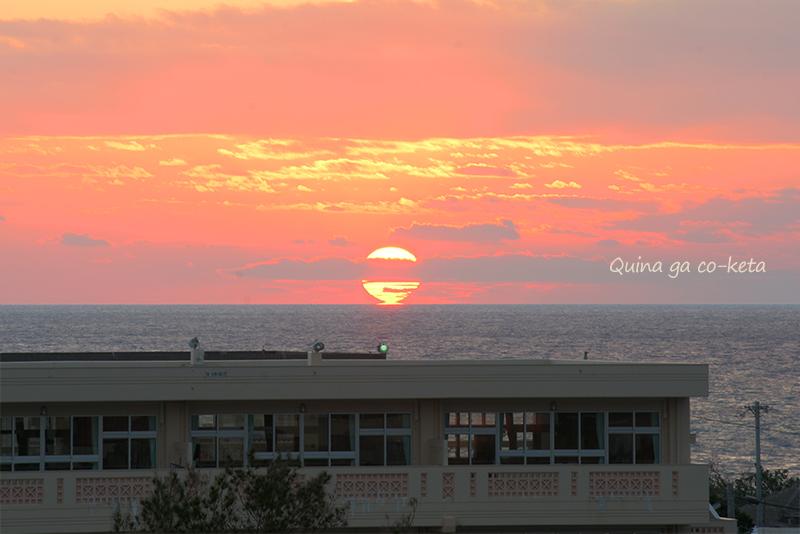 水平線に沈む夕日(12月の沖縄)