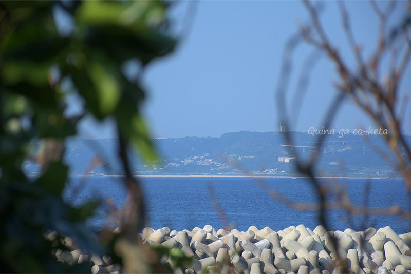 久高島「百名とーしば」越しに見える本島