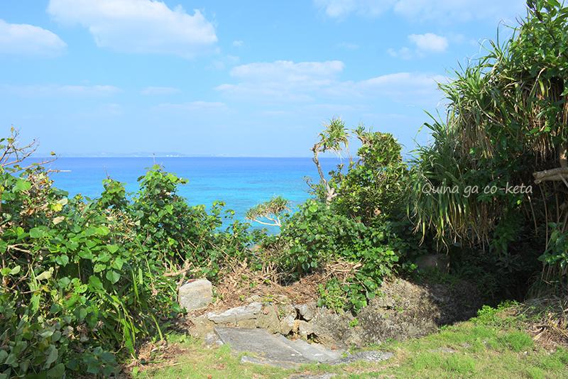 久高島の井泉、ヤマガーの入り口と向こうに広がる絶景