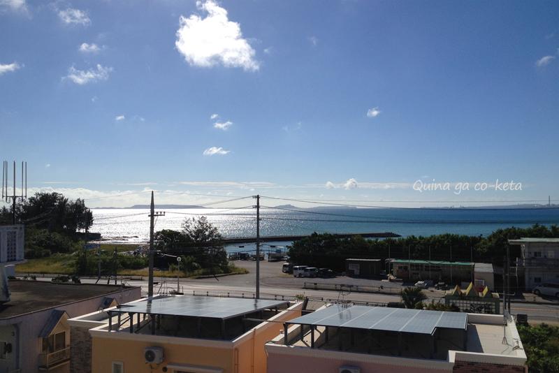 沖縄本島東海岸の海。午前中は反射して眩しい
