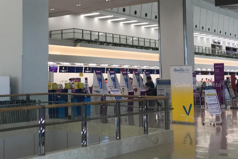 那覇空港ターミナル内にピーチのチケットカウンターが